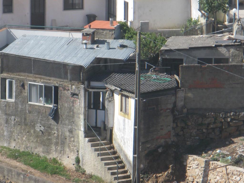Kombinerat hus och mur.