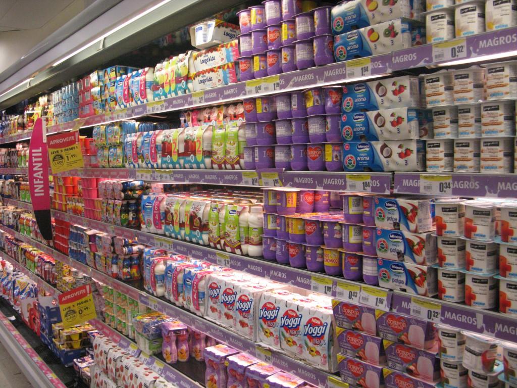 Ett nästan obegränsat urval av söta yoghurtar i olika varianter. Med smarties, med kitkat, med Hello Kitty- strössel...