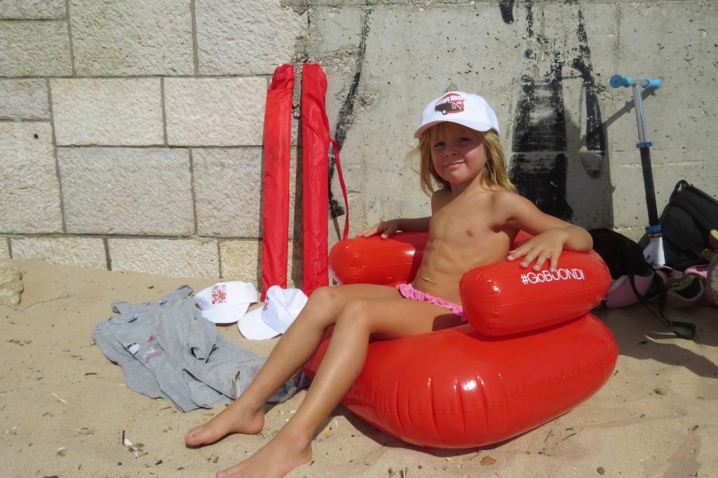 Dagens skörd: Två strandparasoll, tre T-shirts, fyra kepsar, en uppblåsbar fåtölj.