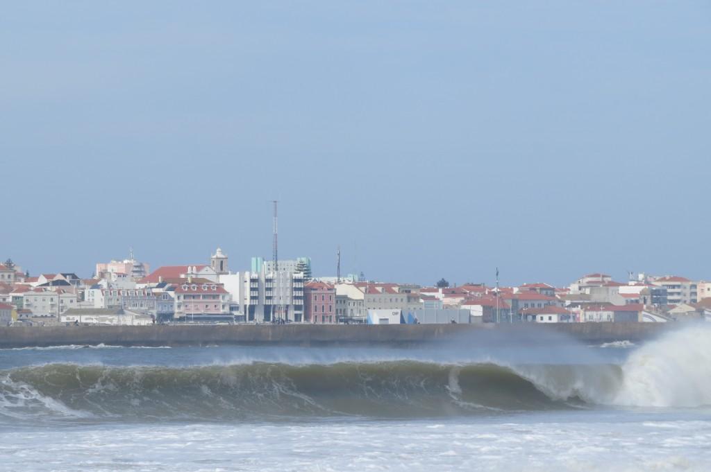 Bruna vågor vid Supertubos, Peniche, efter stormen..