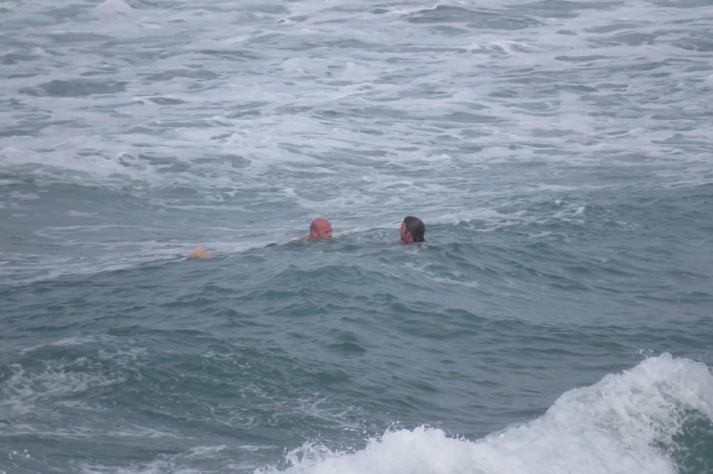 Apropå mitt tidigare inlägg om hur farligt det kan vara att leva vid kanten av Atlanten såg jag nu i veckan en äldre man bli räddad från att drunkna av en surfare.
