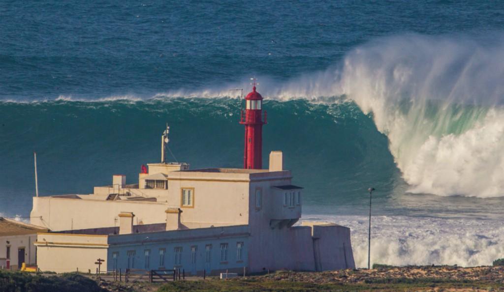 Cabo Raso - fyren, som ger bra perspektiv på hur stora vågorna är. I torsdags. Inte min bild tyvärr.