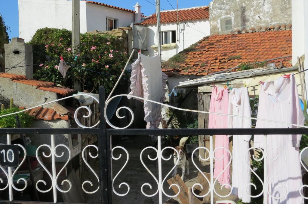 Man passar på att hänga tvätt när solen skiner.