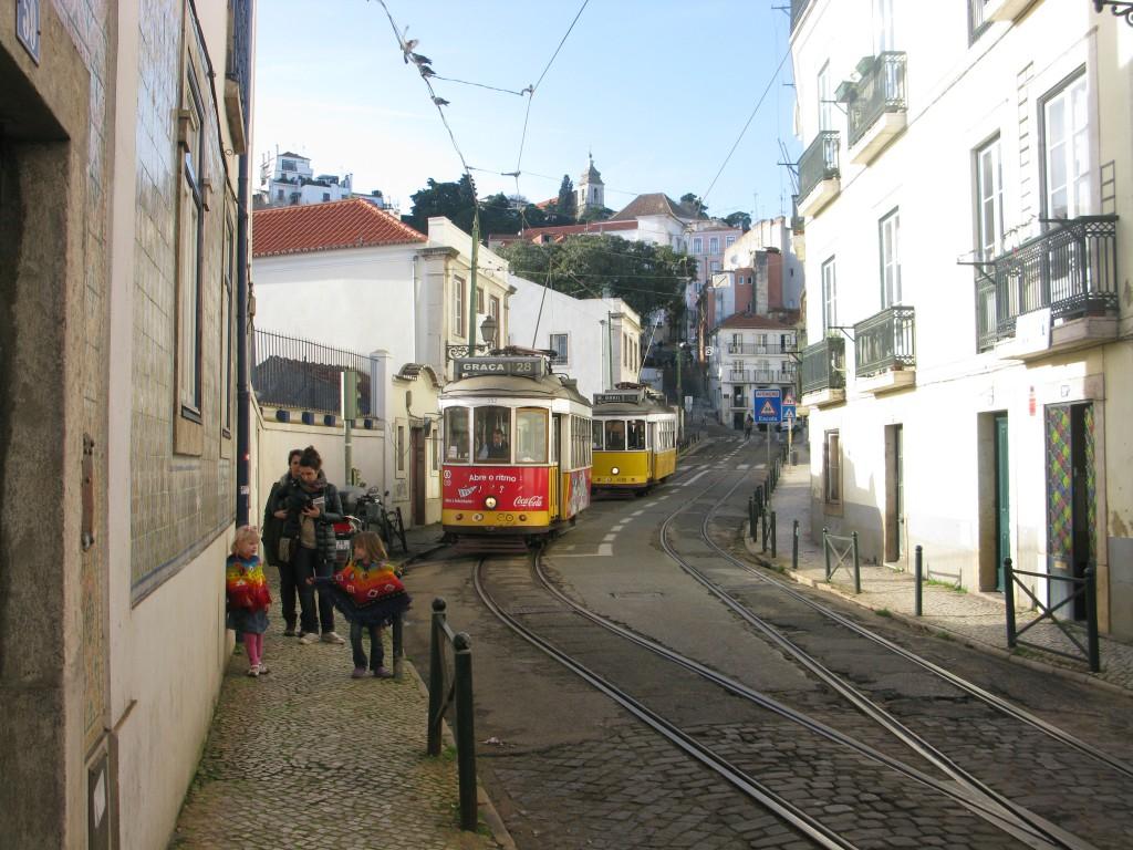 Frida och Jonna turistar i Lissabon, i januari i fjol, några dagar innan vi köpte huset.