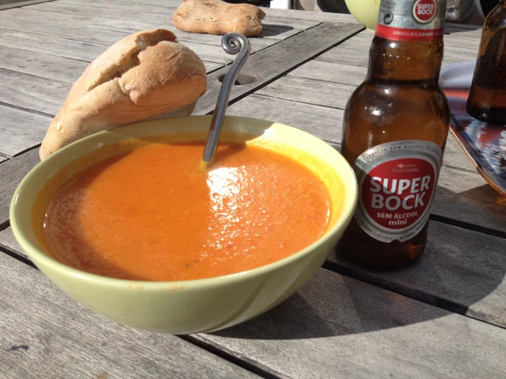 Soppa på ugnsrostad pumpa, paprika och morot serverad med färskt bröd från bageriet i byn och en lättöl; Superbock SEM álcool.