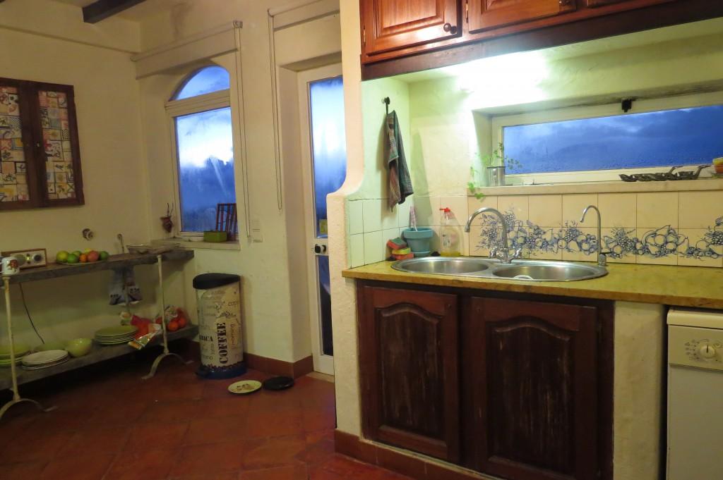 Det blir mycket kondens på fönstret när det regnar ute och man lagar mat inne!