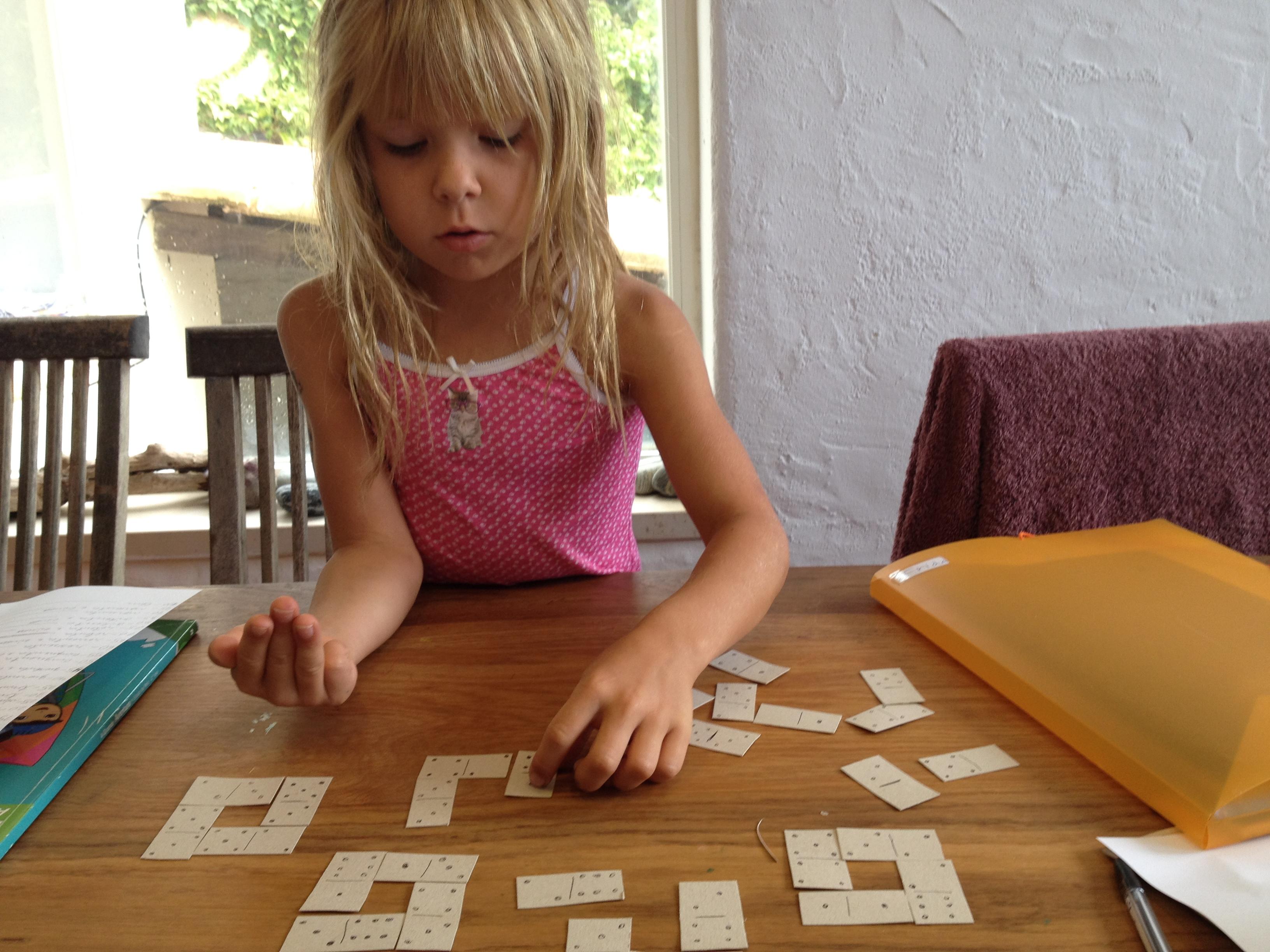 Här har vi ritat och klippt ut dominobrickor som ska läggas i fyrkanter där varje rad ska bli 10..