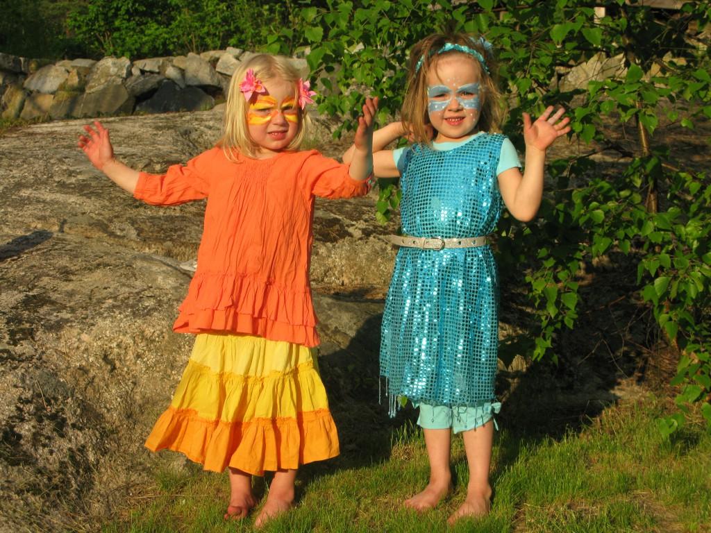 Frida och Jonna redo för Orminge karneval 2012 som eld och vatten
