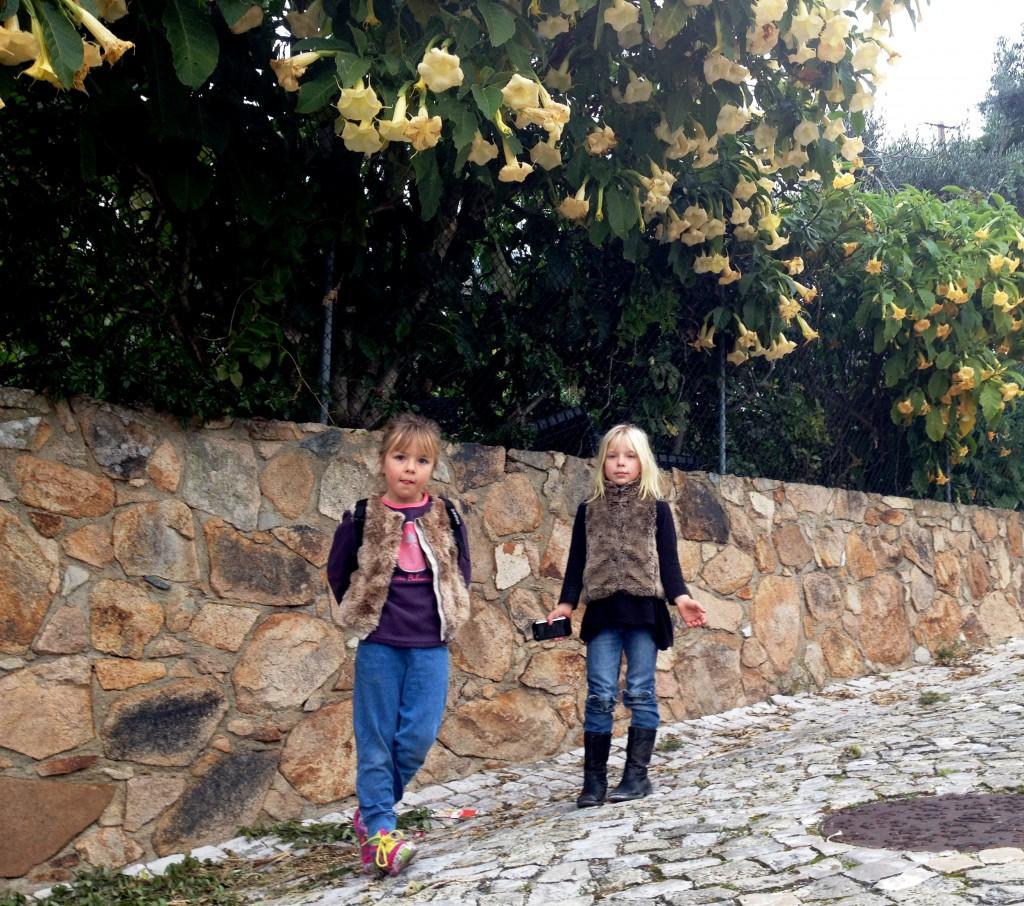 Födelsedagsbarnet (och syster yster)  på väg till skolan, förväntansfull men nervös inför förhöret