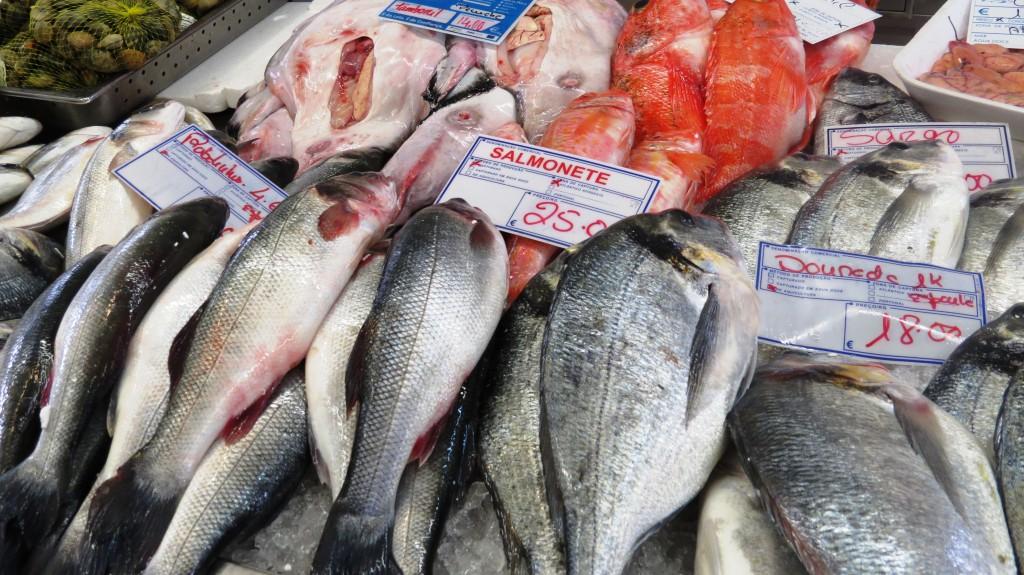 Inne i fiskhallen säljs fisk och skaldjur