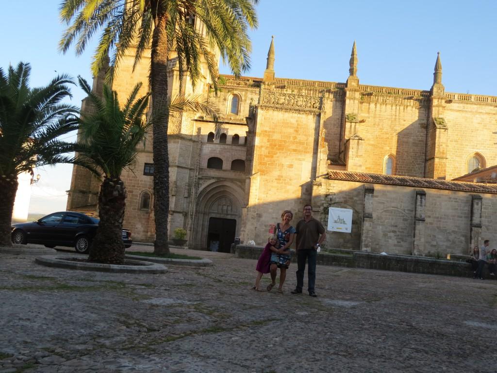 Jag och spanjoren, framför katedralen, som faktiskt har en spricka längs hela gaveln efter jordbävningen i Lissabon 1755 (?) fast det är cirka 40 mil dit!
