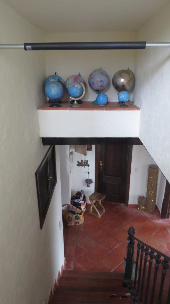 Min jordglobssamling i en nisch ovanför trappen är svårdammad, men där finns en stång som man kan svinga sig i med ena armen medan man vispar med dammvippan!