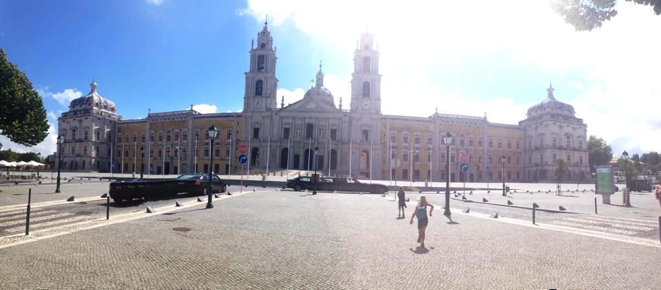 Fotat med panorama, det 263 meter långa Palacio Nacional de Mafra. Palats och kloster och kyrka i ett.