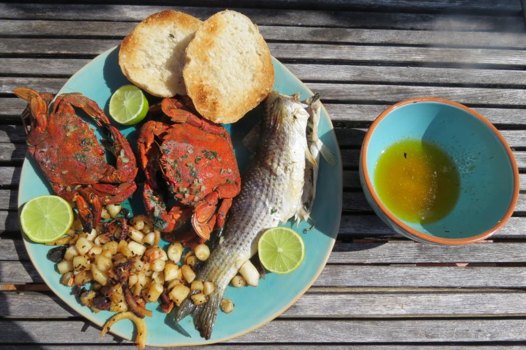Det som ser ut som pyttipanna är bläckfisken....med ganska mycket tuggmotstånd men helt okej. Krabbköttet var gott. Kanske bara ett par matskedar kött i varje krabbstackare, men ändå!
