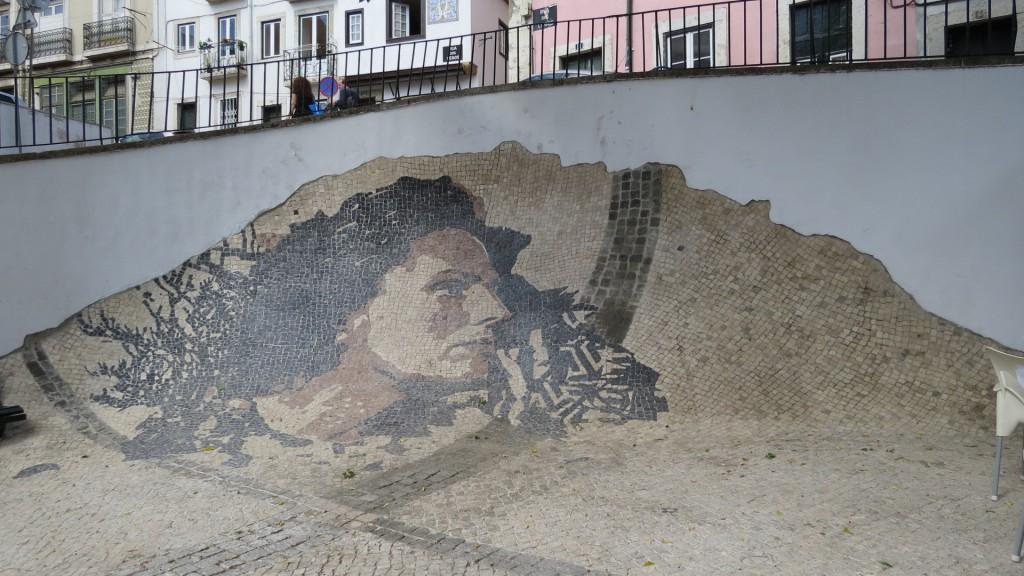 Undrar om detta också är Amalia, i gatstensmosaik, i Alfama?