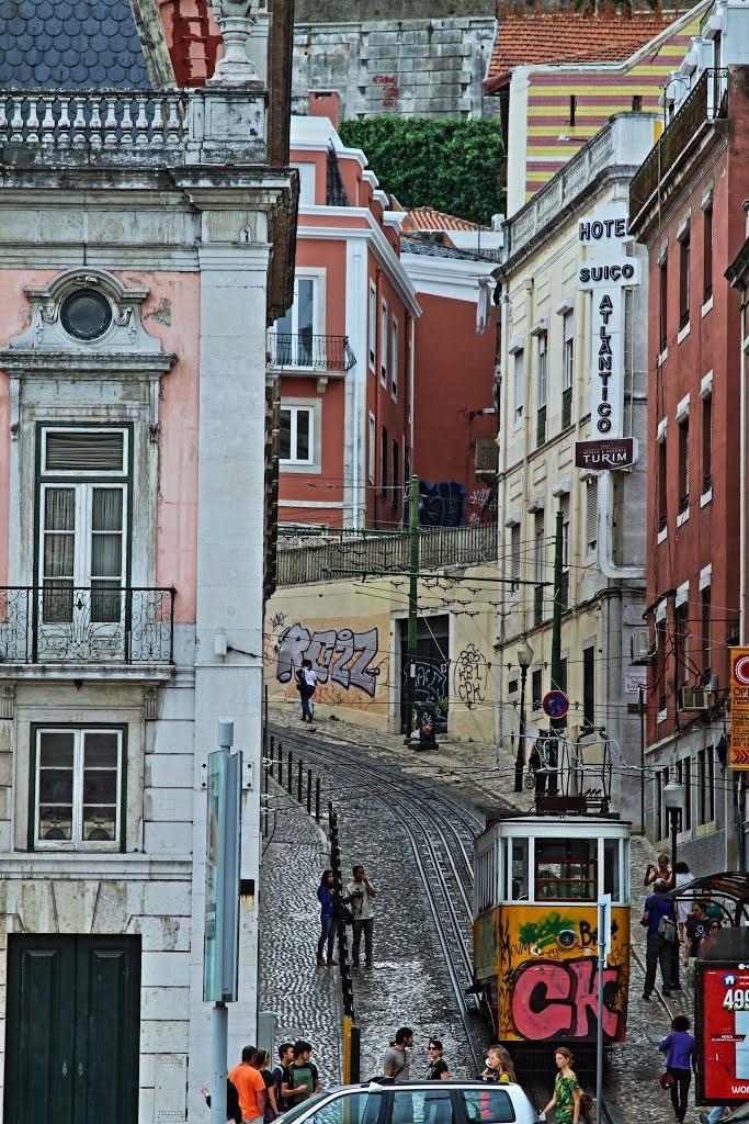 Där in en tvärgränd låg hotellet, och ligger där fortfarande. Spårvagnen går upp och nedför backen mellan Miradouro en känd utsiktsplats, och Avenida da Liberdade.
