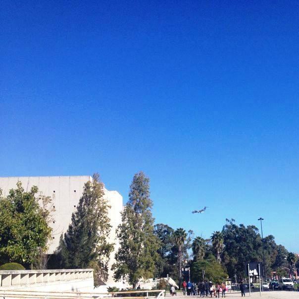 Universitetet eller i alla fall Faculdade de Letras ligger väldigt nära flygplatsen. Man kan nästan tro att planen ska landa på universitetstaket.