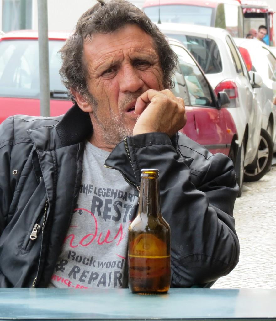Nej det här är inte han. Det här är en snubbe på ett fik i Lissabon som jag smygfotade med zoom. Tyckte han såg lite cool ut.