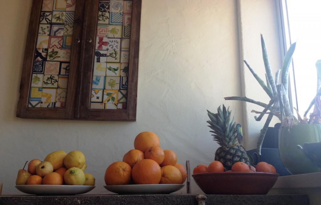 En del frukt har vi ju in trädgården också och ibland får vi apelsiner av grannen. Men ändå.