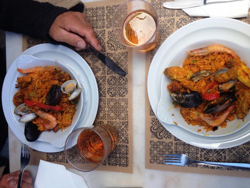 Hoppsan! Vi har redan ätit ute en gång i mars! 12 Euro för två paella och två öl i Caparica var prisvärt tyckte vi.