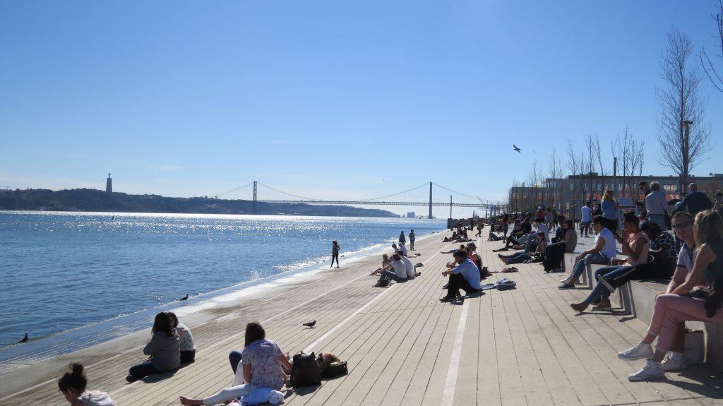 Vid tagusflodens strand söker både turister och lissabonbor svalka på sommaren och värmande sol under vintern.