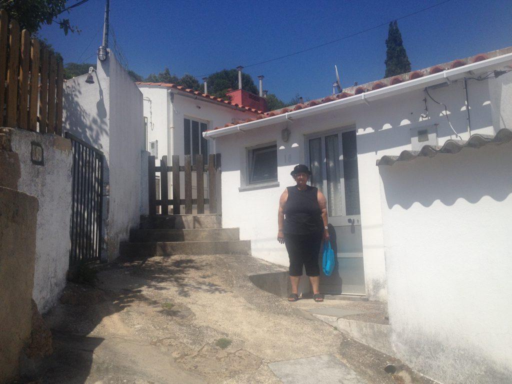 Framför nya huset. Uppförsbacke hela vägen upp till dörren, mindre och dyrare, men fräschare och med el och vatten.