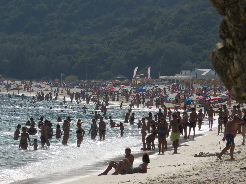 """När man åkt till en strand extra långt för att """"escape the crowds"""" men inte var den enda som fick den idéen."""