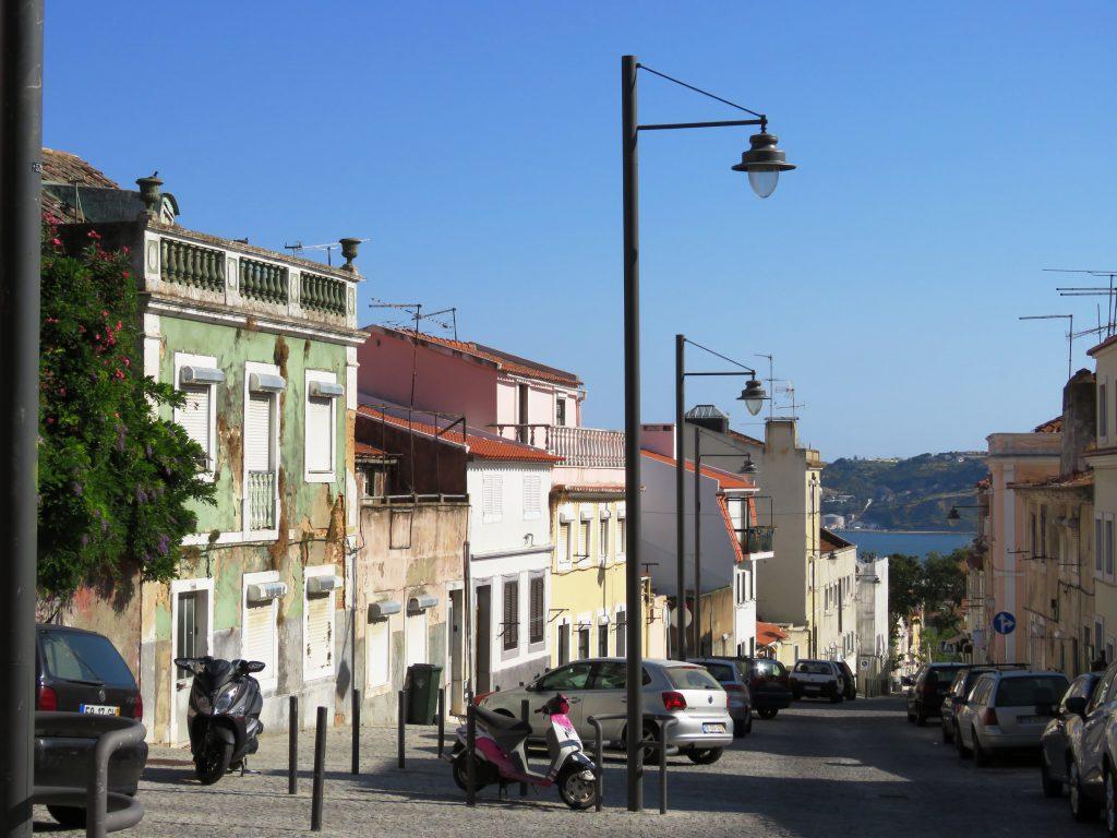 Mer eller mindre färgglada gator som sluttar ned mot Belém och floden