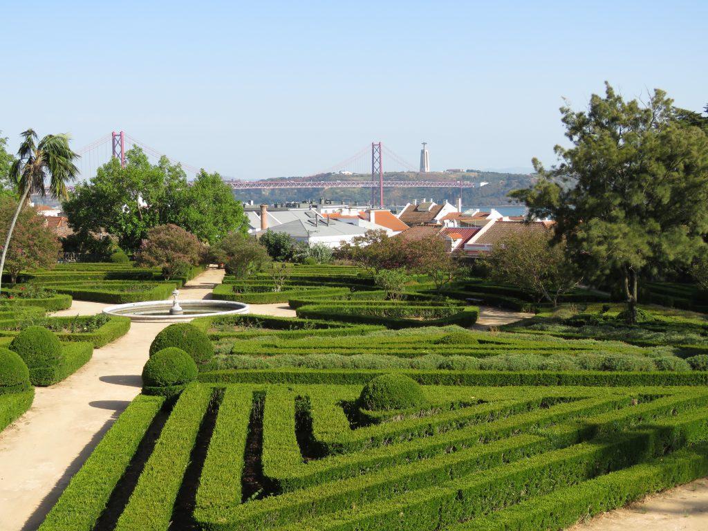 En vacker park med vy över hustak och bor och Jesus