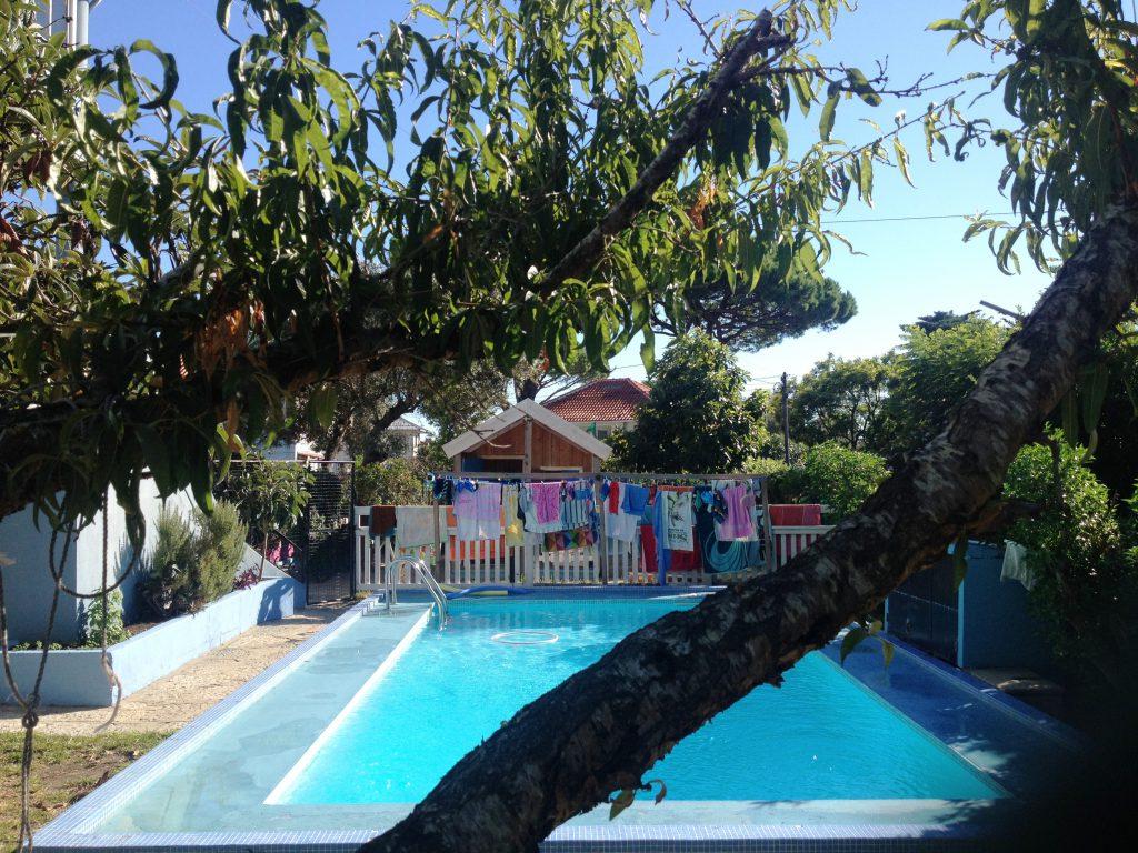 Jag läcker ut en liten bild här på skolans pool och lekstuga och elevernas badkläder och handdukar på tork.