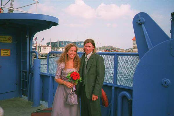 Vi var mer uppklädda på någon annans bröllop, men titta vad Sverker vantrivs i kostymen, som han låtit blev övertalad att låta sy upp åt sig i Bangkok.