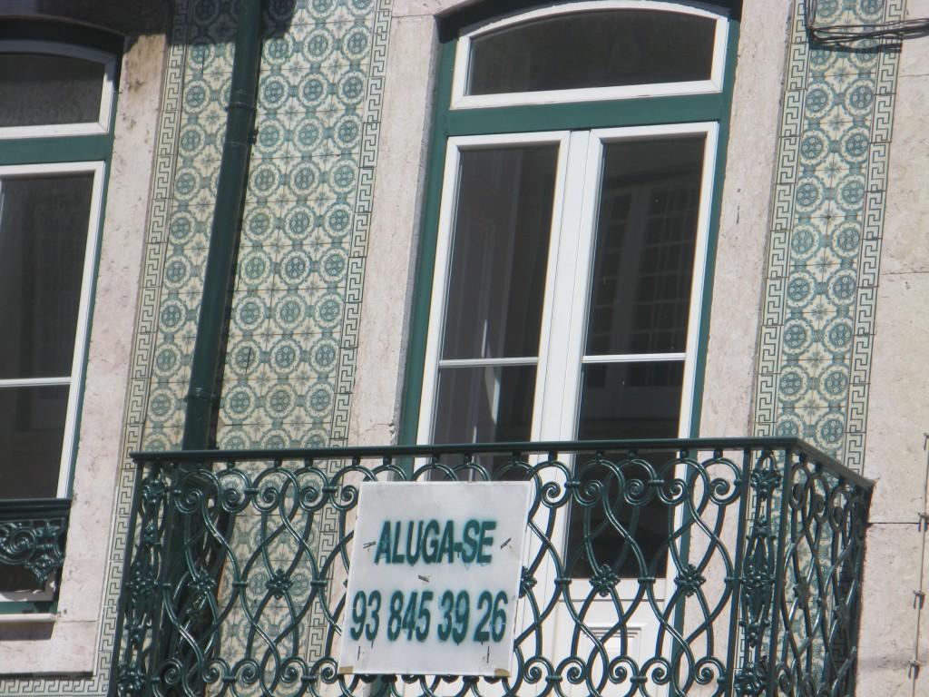 Uthyres. Centralt vid parken och marinan i Belém. Mycket sådana skyltar i Lissabon men inga i Stockholm.