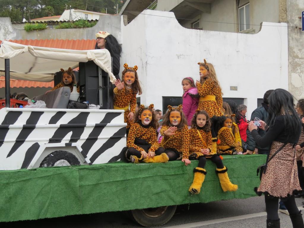 Hej Frida och Jonna! Vill ni gå med i karnevalen nästa år?