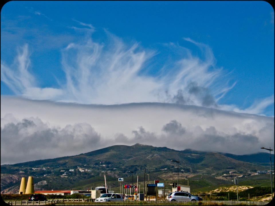 O barrão - molnet som lägger sej över Sintrabergen när nortadan blåser