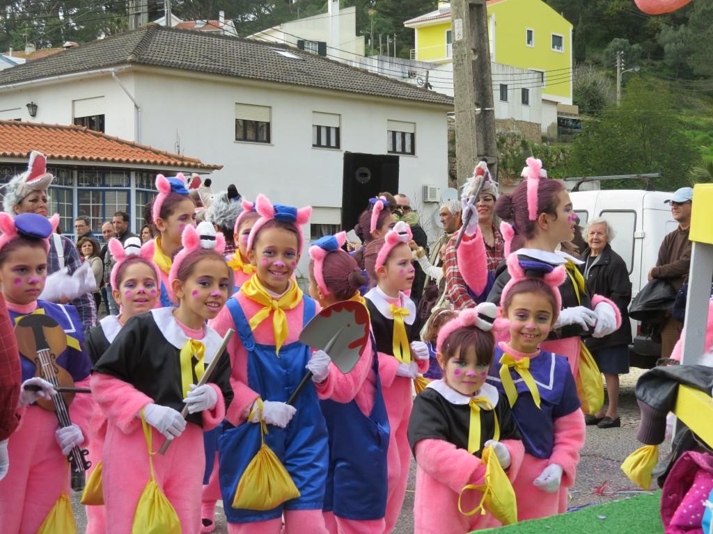 Hälften av tjejernas kompisar är med i den ena byns karneval ..