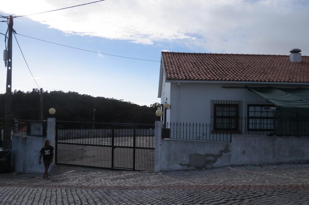 Och precis på andra sidan gatan, den andra byns klubbhus...