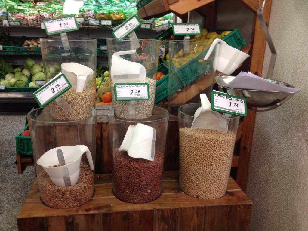 Stort utbud av bönor på lilla matbutiken i byn men ingen naturell yoghurt, ingen fetaost och ingen sweet chili-sås.