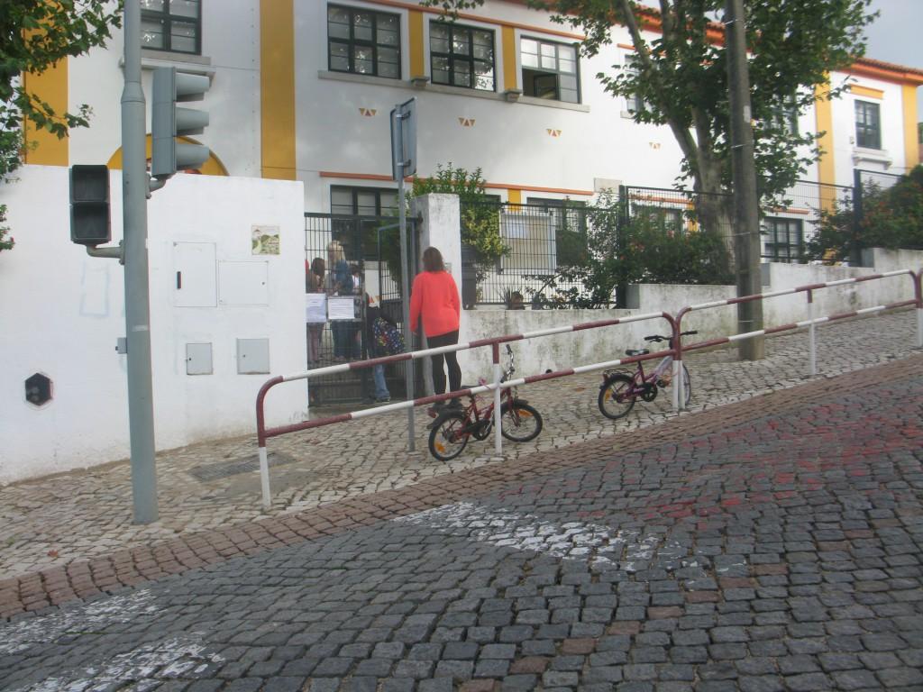 Tjejernas cyklar är de enda som står parkerade vid skolan
