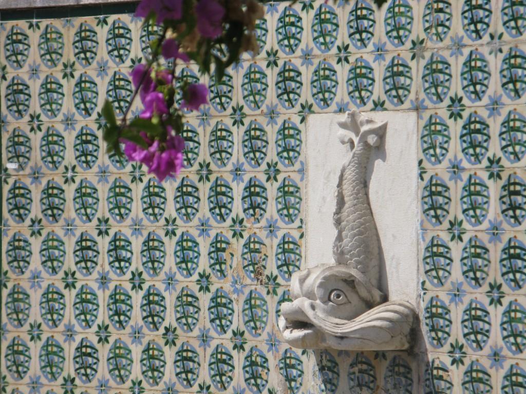 Extra tjusigt med bouganvillea och en vattenkastare, i Lissabon.