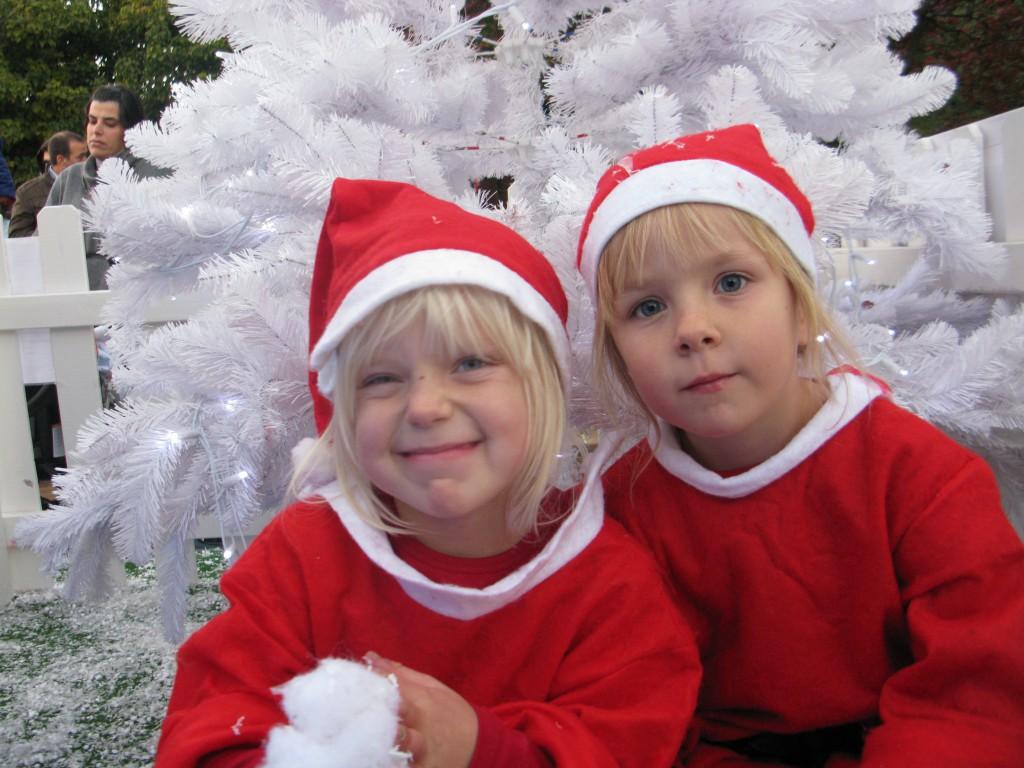 Poserar för förra årets julkort på Julbyn i Lissabon.