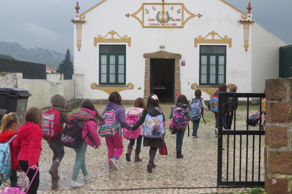 Barnen kommer direkt från skolan till festen.