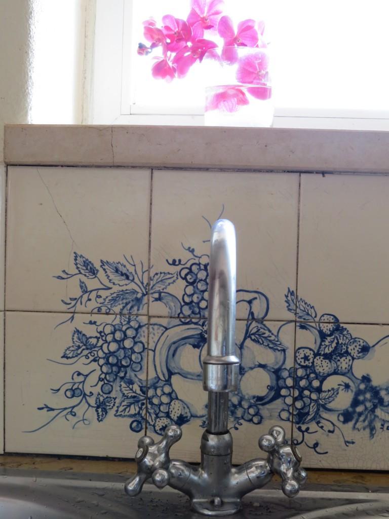 Paret som lät beygga huset bestod till hälften av en kakelkonstnärinna som såg till att det finns handmålat kakel i husets badrum och kök. Här en detaljbild från det vackra köket.
