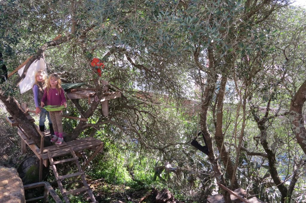 Barnen leker helst utanför tomten i trädkojan som Sverker byggt i olivträdet.