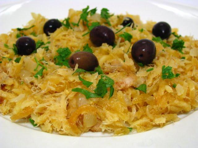 eller bacalhau à brás, med riven potatis.