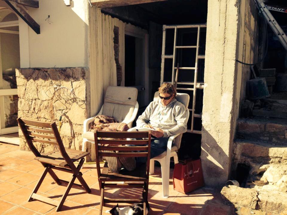 Ett tag satt han i solen mitt i sitt byggprojekt och tränade på sina glosor