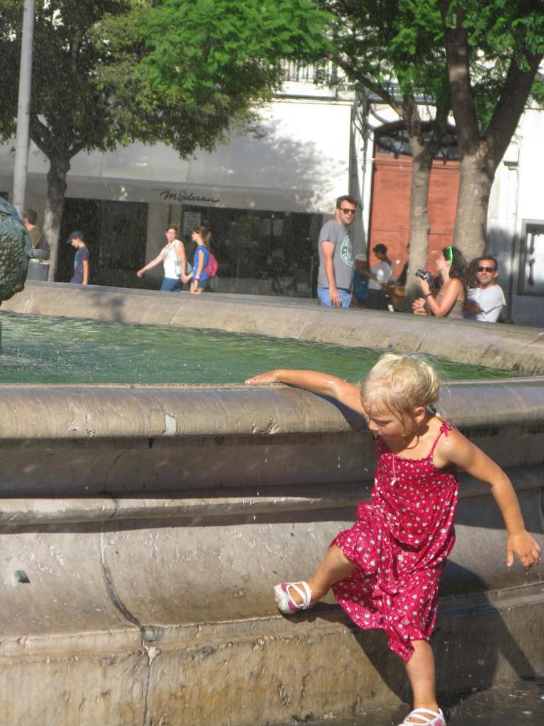 ..när Jonna svalkade sig i samma fontän första sommaren i bodde här!