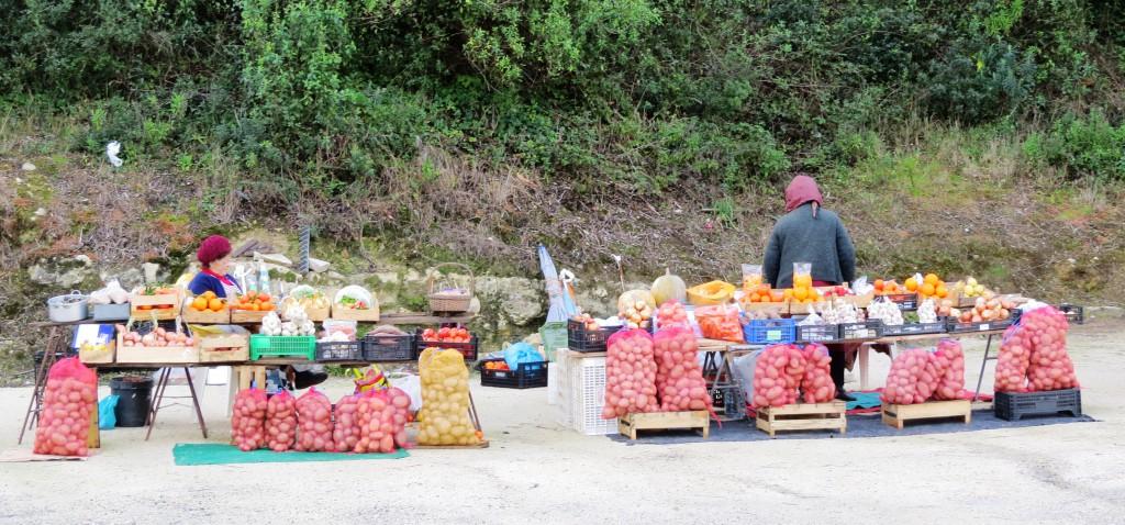 Har tanterna som säljer grönsaker längs vägen betalat in sociala avgifter?