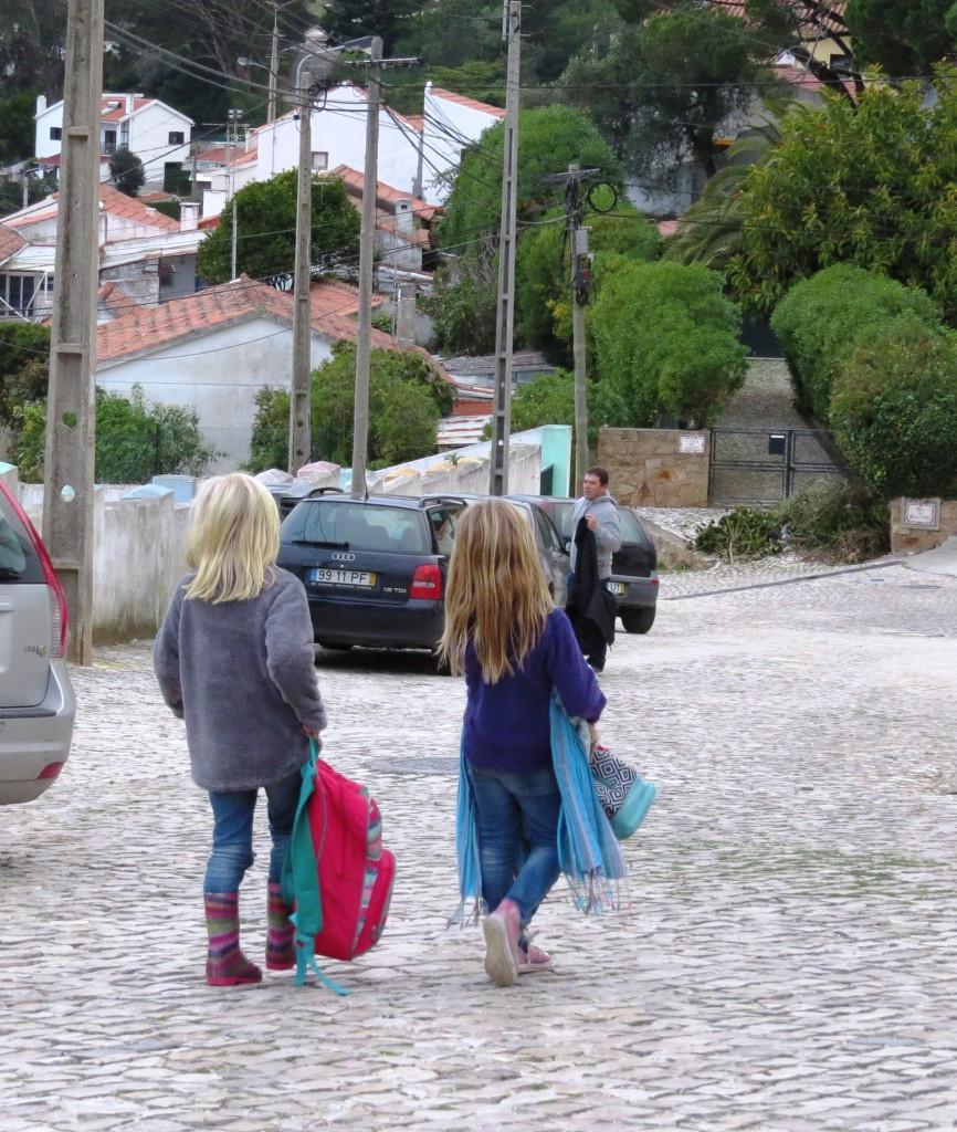 Tjejerna på väg hem från den annorlunda skolan. Broccoligränd nästa gränd till vänster.