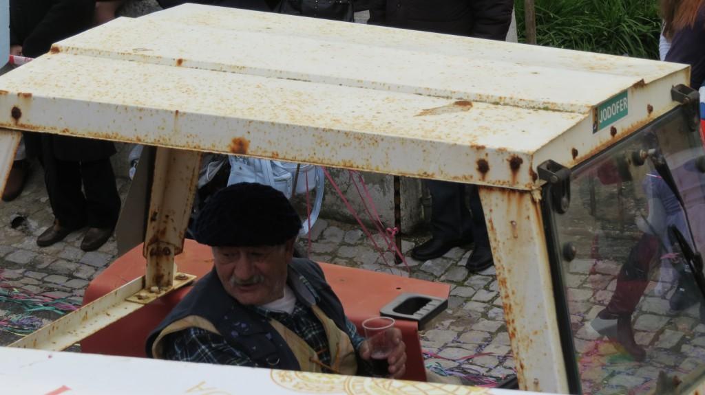 Han som körde traktorn i karnevalståget fick hela tiden vinet påfyllt..