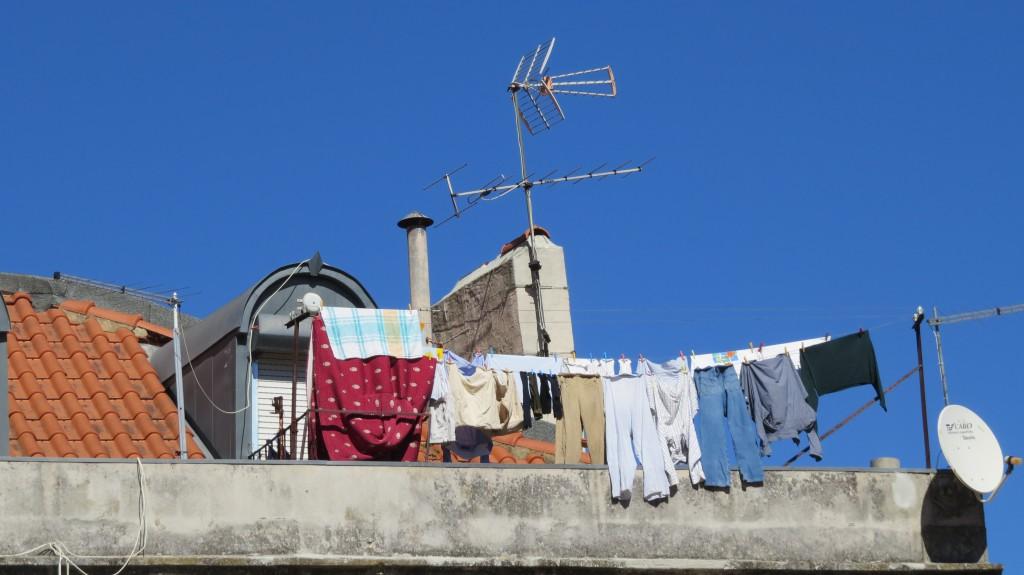 Någon har hängt tvätt på sin takterrass..